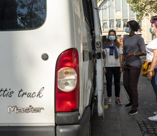 frottis-truck-cancer-depistage-RoseUp Association Face aux cancers osons la vie-anne-charlotte-compan