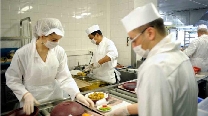 Bien manger à l'hôpital, mission impossible @La préparation des plateaux-repas à l'Institut du cancer de Montpellier. © Nanda Gonzague