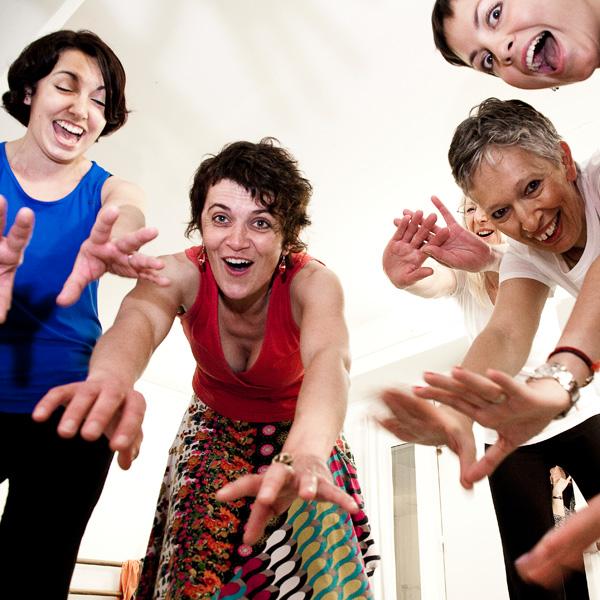 Test : la rigologie. Des femmes atteintes d'un cancer ont participé à un atelier du rire. @Les ateliers du rire permettent aux malades de relâcher la pression. © Frédérique Jouval