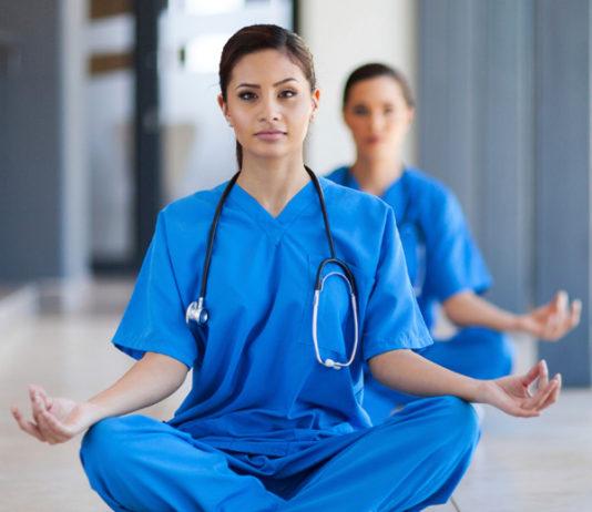 Pratiques complémentaires de soin et cancer @Les hôpitaux proposent de l'auriculothérapie, de la méditation et même du karaoké.