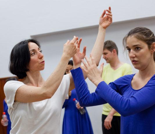 Un ballet de danse contemporaine pour les malades @Marie-Laure Héris (à gauche), professeur de danse et chorégraphe, s'adapte au niveau de chacune. © Agathe Poupeney et Nathalie Prebende
