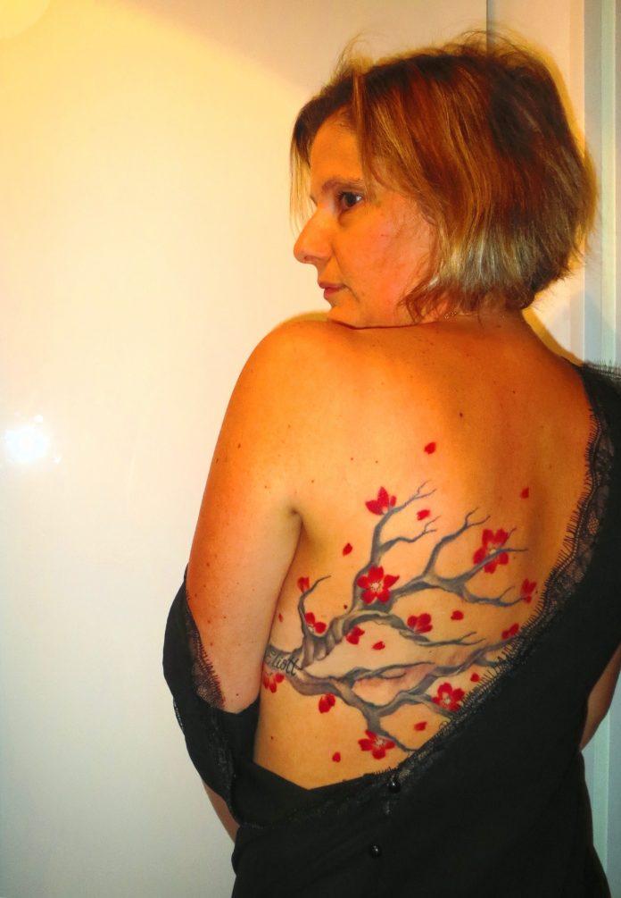 Alexandra arbore un superbe tatouage sur sa cicatrice @Alexandra arbore un superbe tatouage sur sa cicatrice RoseUp Association Face aux cancers osons la vie