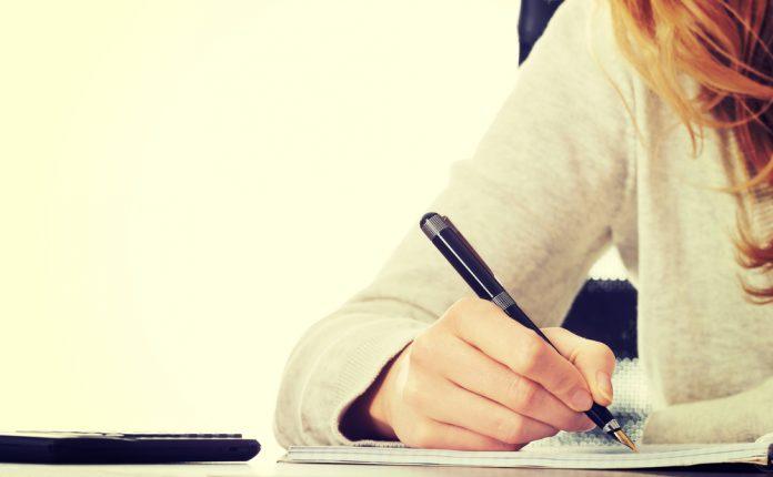 Femme rédigeant une lettre au ministère