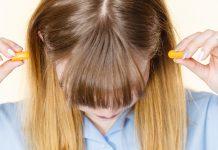 femme qui se bouche les oreilles RoseUp Association Face aux cancers osons la vie