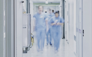 """Les équipes hospitalières se préparent dans toute la France à l'activation du """"plan blanc""""-rosemagazine-roseupassociation"""