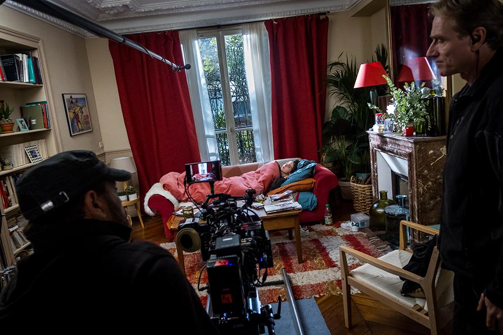 Tania dort sur le canapé et Zlatan va bientôt escalader la fenêtre et frapper à la vitre... Lubo, le directeur photo, vérifie le cadre et la lumière avant de filmer.