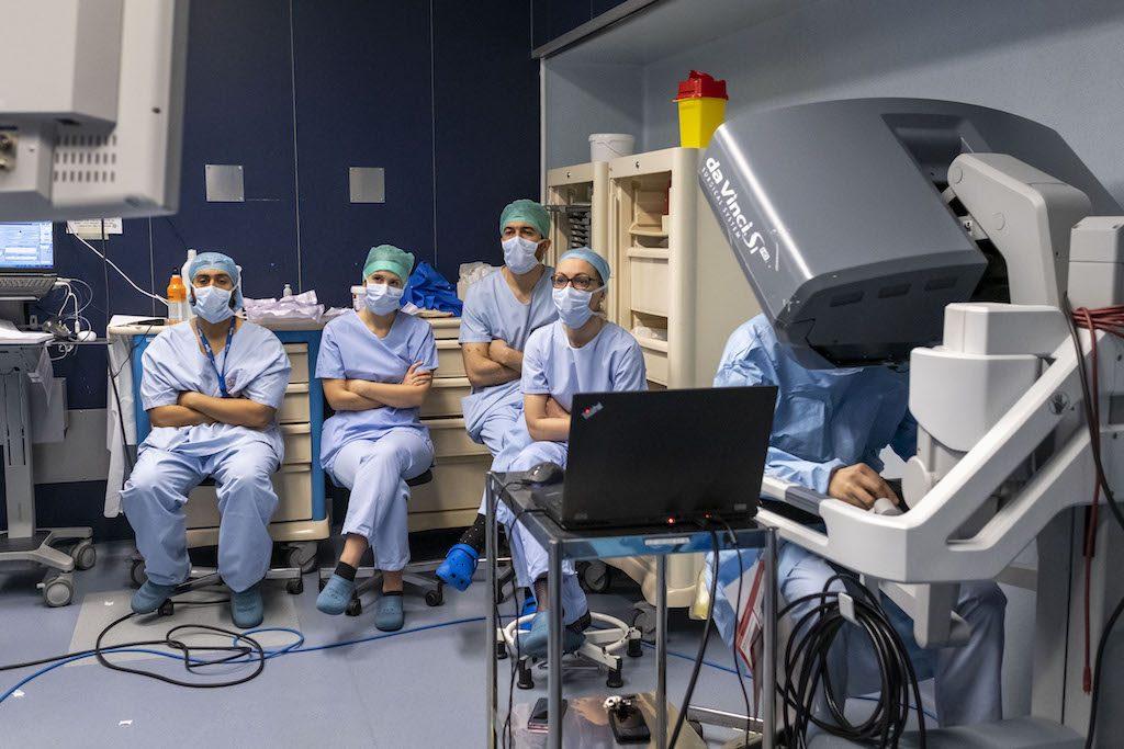 Intervention par le professeur Bernhard à l'aide de la materialisation 3D. Un groupe d'étudiants suit l'opréation. Le 6 février 2020, Bordeaux (33) France. Roseupassociation. Rosemagazine