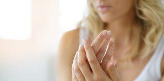 La peau et les ongles sont malmenés par les traitements contre le cancer - roseupassociation - rosemagazine