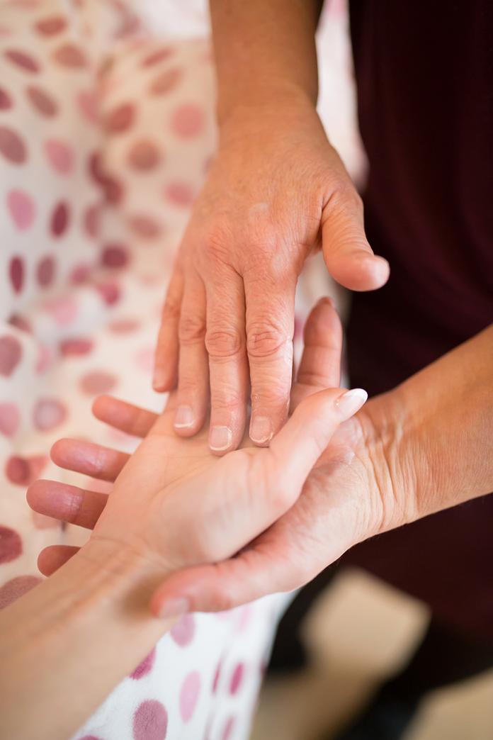 Patricia soulage les patientes atteintes de cancer par la caresse