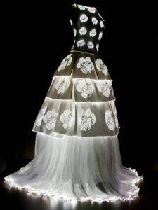 Robe lumineuse par Olivier Lapidus, constituée de fibres optiques-rosemagazine-roseupassociation