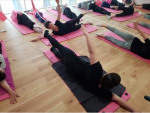 Le rose pilates permet de rééduquer son corps en douceur après un cancer du sein - roseup association