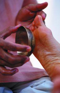 Kansu est un massage des pieds traditionnel de l'ayurvéda - roseup association, face aux cancers osons la vie