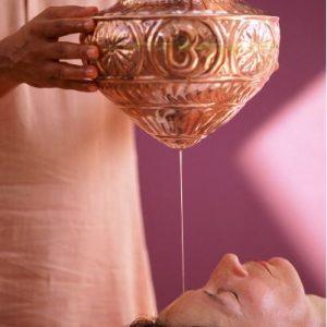 Shirodhara est un massage traditionnel de l'ayurvéda - roseup association, face aux cancers osons la vie